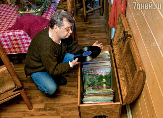 Главное увлечение профессора Юрия Беляева — марки, а второстепенное — старые виниловые пластинки