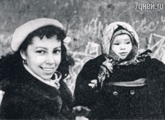 «Помню, как впервые взял Надю на руки. Это было интересно… Но в воспитании яникак не участвовал». Ирина с дочерью Надей. 1957 год