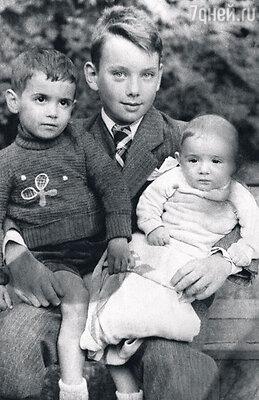 С младшими братьями: трехлетним Мишей и грудным Борей. 1940 г.
