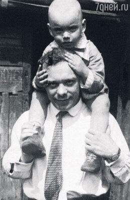 С отцом — актером Владимиром Баталовым. 1929 г.