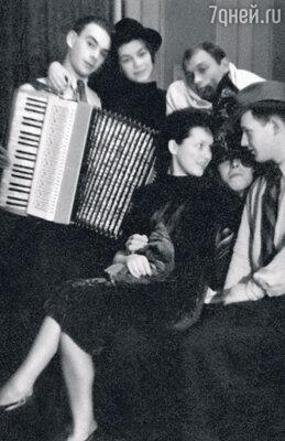 Алексей с однокурсниками поШколе-студии МХАТ празднуют наступление Нового, 1947 года