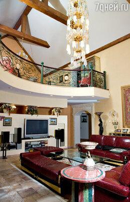 «Кожаную мебель в двухуровневую гостиную на первом этаже мы привезли из Италии. Как страшный сон вспоминаем процесс растаможки...»