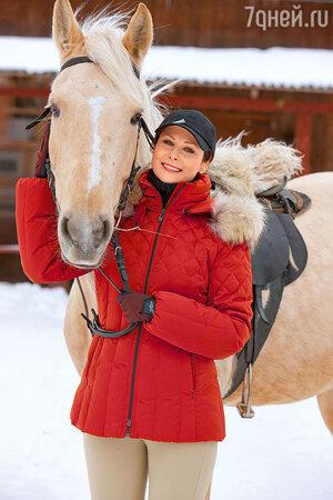 Ольга Погодина: яркая курточка в самый раз для конной прогулки