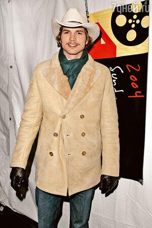 Эштон Катчер носит дубленку с ковбойской шляпой