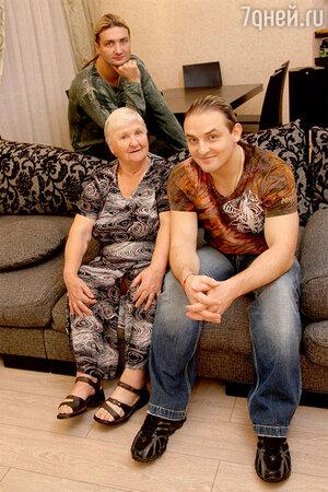 Эдгард и Аскольд Запашные с бабушкой Людмилой Семеновной. 2008 г.