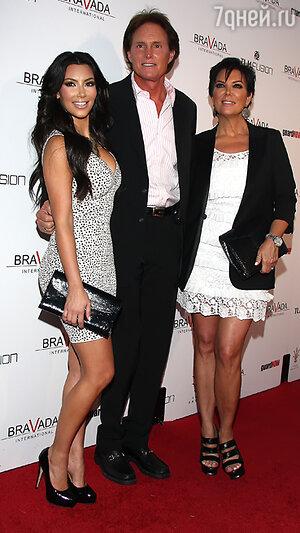 Ким Кардашьян   (Kim Kardashian), Брюс Дженнер (Bruce Jenner) и Крис Дженнер (Kris Jenner). 2012 год