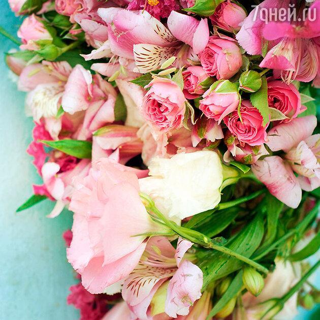 Красная роза означает желание. Белая — доверие. Соедините их в одном букете и можете рассчитывать на союз со своей избранницей, хотя бы временный