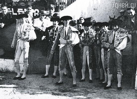 Все участники корриды по традиции обошли арену и поприветствовали председателя сегодняшего зрелища, мэра Линареса