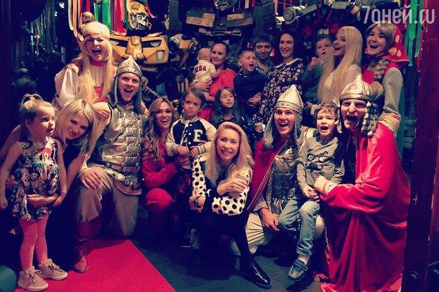 Алена Водонаева с гостями праздника