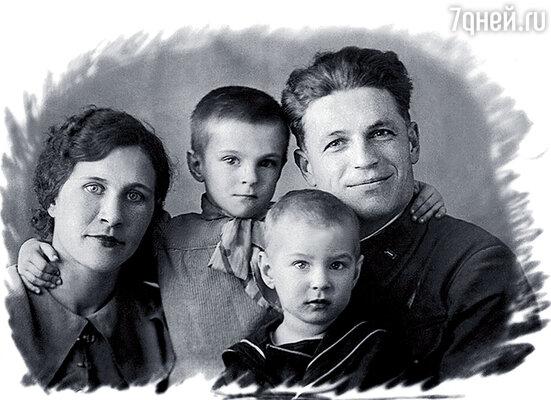 Наша семья: мама Зинаида Ивановна, папа Алексей Григорьевич, я и Боря