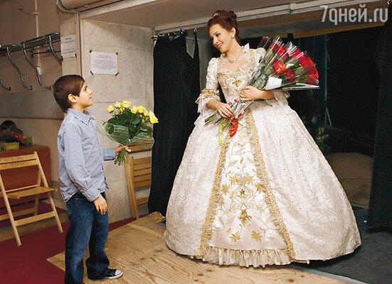 Екатерина с сыном Алешей за кулисами мюзикла «Красавица и Чудовище»