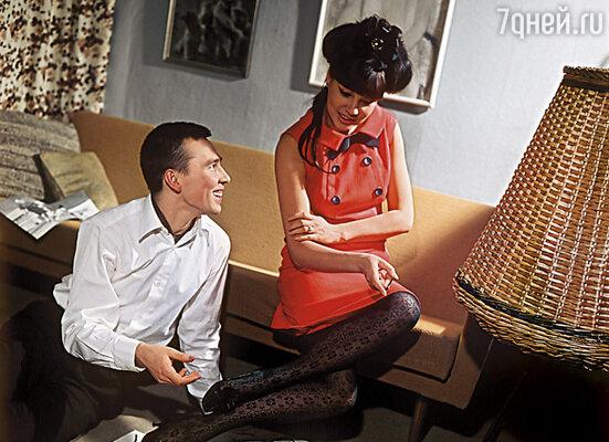 После того как на Западе вышла книга, где говорилось, что у модели Регины Збарской (на фото) были отношения с членами ЦК, за девушку взялся КГБ. 1966 г.