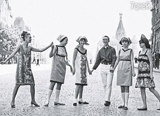 В советские времена модели числились рабочими пятого разряда о получали девяносторублевую зарплату. Вячеслав Зайцев с моделями на Красной площади