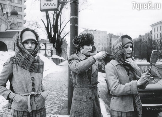 «Наши модели были не соплюшками, а женщинами зрелыми, лет по 30-35». Зайцев с манекенщицами во время уличных съемок