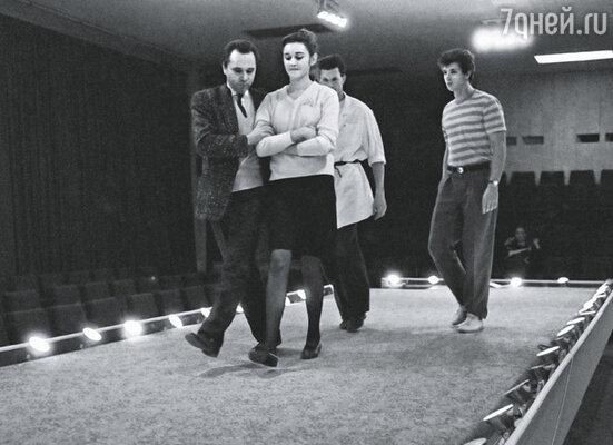 В 1982 году открылся Дом моды Вячеслава Зайцева и начались показы Театра моды. Зайцев на репетиции, 1987 г.