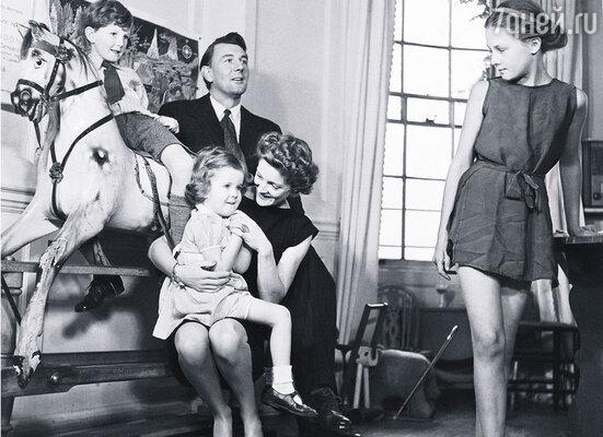Майкл Редгрейв с женой и детьми. (Ванесса — справа)