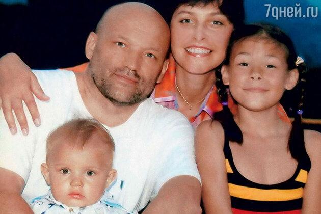 Мама Глафиры Тархановой с мужем Михаилом, Иларией и Мироном