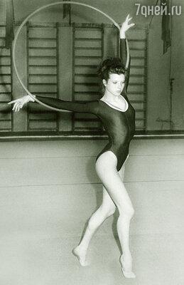 В детстве я увлекалась художественной гимнастикой и даже стала мастером спорта