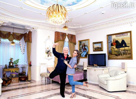 В огромной гостиной с эркером разместилась семейная портретная галерея