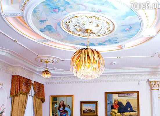 Расписной потолок и люстра в гостиной