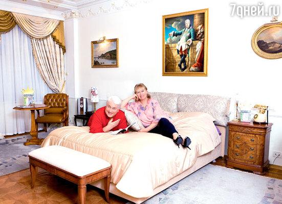 Спальня тоже выдержана в классическом  стиле