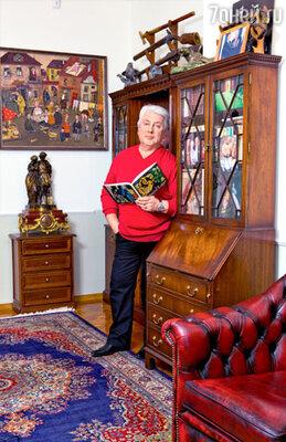 Мебель в кабинете Винокура —в английском стиле. Над шкафом— часть коллекции оружия