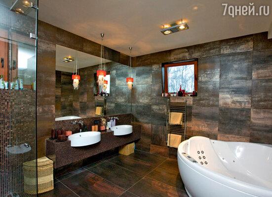 Ванная супругов— единственное темное место в доме, оформленное в темных тонах. «Мне хотелось сделать СПА-комнату для релакса. Здесь можно зажечь свечи, залечь в ванну и расслабиться после трудового дня»