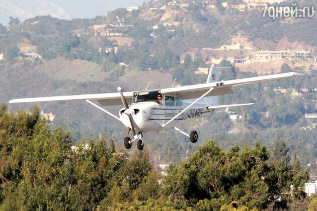 Брэд Питт за штурвалом своего самолета