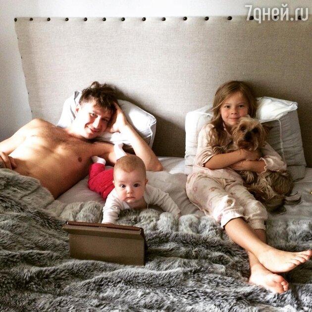 Алексей Ягудин с дочерьми Мишель и Лизой
