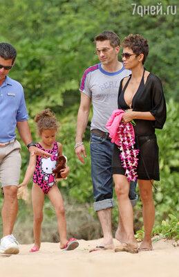 Холли Берри с женихом Оливье Мартинесом и пятилетней дочерью Налой Обри