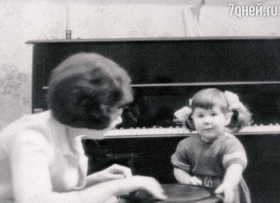 Маленькая Илона с мамой Эдитой Пьехой