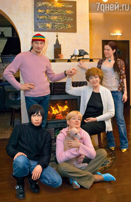 Илона Броневицкая в окружении семьи: с сыном Стасом, мужем Евгением, мамой Эдитой Станиславовной и дочкой Эрикой