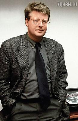 До 1999 года Стиг Ларссон вел двойную жизнь. В первой он был незаметным сотрудником информационного агентства «ТТ», во второй — мастером журналистских расследований, самым крупным в Швеции специалистом по националистическим движениям и правому террору
