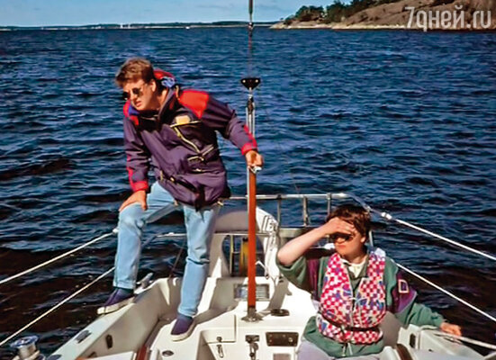 Им было так хорошо друг с другом, что ни у Стига, ни у Эвы не было и мысли об изменах и приключениях на стороне. Летом они отправлялись на острова, арендовали яхту и ходили под парусами или плавали вдоль побережья на своем моторном катере «Йосефин», пятиметровой, отделанной красным деревом лодке, построенной в тридцатые годы