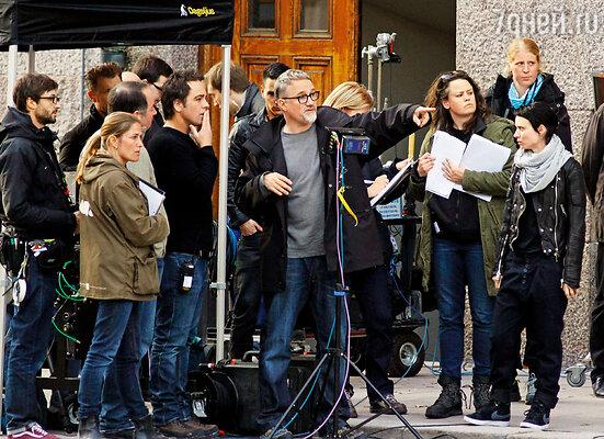 Работа над голливудской версией «Девушки с татуировкой дракона» была непростой и долгой; съемочная группа чувствовала себя измотанной. (На фото: Дэвид Финчер на съемках в Стокгольме, 2011 г.)