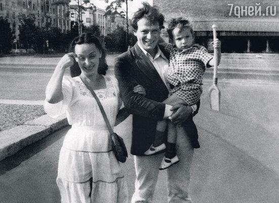 С женой Галиной и сыном Андреем. Москва, 1981 г.