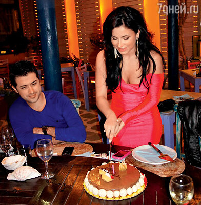 Ани Лорак режет торт, придуманный ее мужем Муратом
