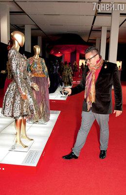 Историк моды Александр Васильев перед показом заглянул на выставку костюмов Вячеслава Зайцева, которая также проходила вМанеже