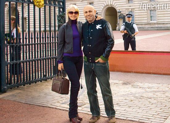 Валерия с мужем в Лондоне возле Букингемского дворца