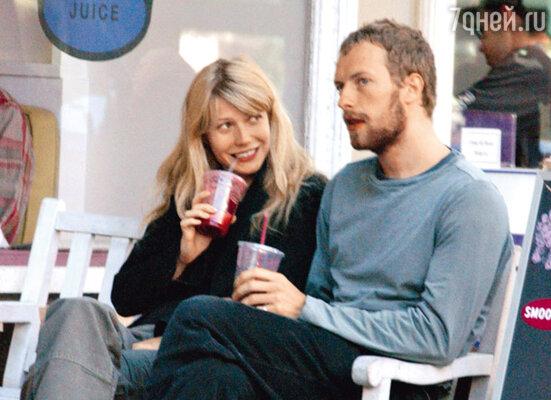 С мужем, солистом  группы «Coldplay» Kрисом Мартином, Гвинет никогда не ходит на публичные мероприятия и не фотографируется. Это фото — одно из немногих, сделанное накануне свадьбы в 2003 году