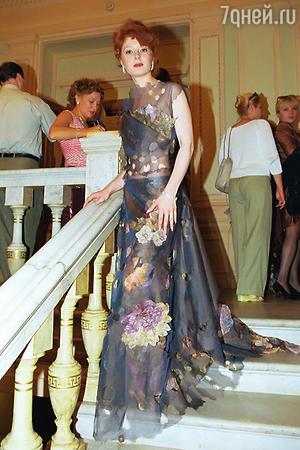 Амалия Мордвинова в платье из ткани-«хамелеона» на 24-ом Московском международном кинофестивале в 2002 году
