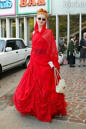 Амалия Мордвинова в ассиметричном красном платье на кинофестивале «Кинотавр» в 2004 году