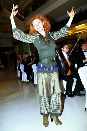 Амалия Мордвинова в шароварах на мероприятии в «Новинском Пассаже» в 2004 году