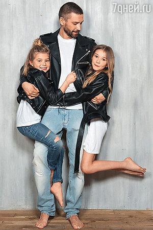 Владимир Кристовский с дочерьми: модное трио
