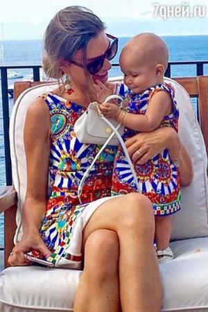 Мама и дочка в одинаковых платьях из коллекции Dolce&Gabbana