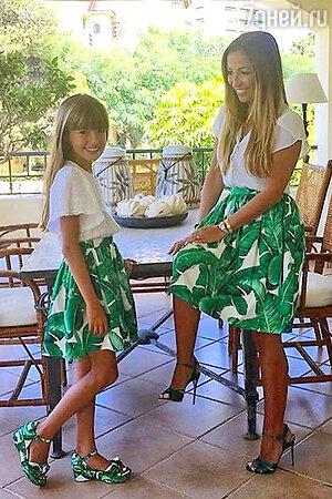 Мама и дочка в одинаковых юбках из коллекции Dolce&Gaabbana