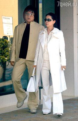 С женой Джоан Линь (известной в прошлом китайской актрисой Линь Фэн-Цзяо) в Лос-Анджелесе. 2004 г.