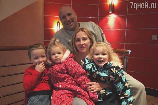 Михаил Мамиешвили с супругой и внуками