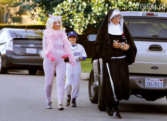 Калиста, Харрисон (в образе монахини) и их сын Лиэм празднуют Хэллоуин. 2010 г.