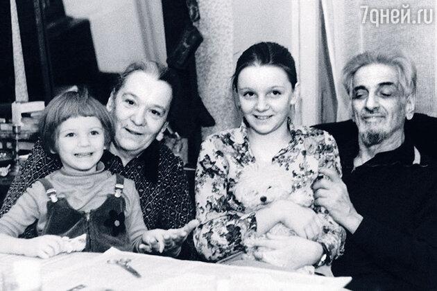 Родители Бори, Нина Антоновна Ольшевская и Виктор Ефимович Ардов, очень любили и баловали внучек. С Аней и Ниной — дочерьми их сына и Мики